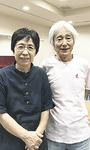 アトリエ主宰の舘岡豊照さん(右)と妻の悦子さん