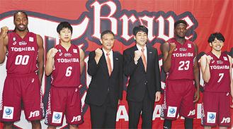 意気込みを語った(左から)デービス選手、小澤選手、荒木社長、北ヘッドコーチ、バンバ選手、篠山主将=31日