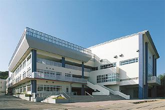 2010年に新校舎が完成した柿生中学校