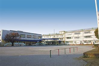 広々としたグラウンドを囲むように建つ校舎