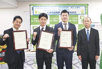 右から篠原署長と広報大使に就任した西田選手、黒田選手、新田会長