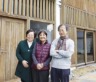 まぶね食堂運営メンバーの小平さん(右)、渡邊さん(中)、石井牧師(左)
