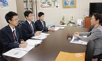北沢区長に取材する3人