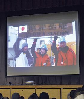 他の隊員とともに生中継で授業を行う山口さん(左)