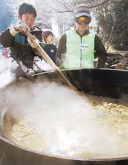 直径1mの大鍋から湯気が立ち上る