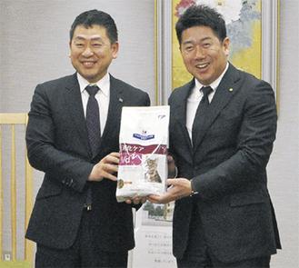 日本ヒルズ・コルゲートの安岡副社長(左)