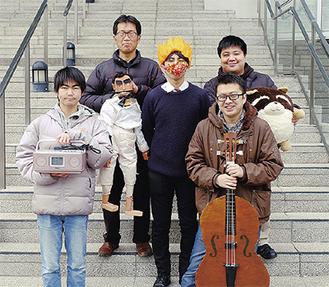 演劇同好会顧問の中山さん(左上)と部員たち(右下が西山さん)