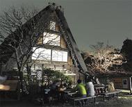 光まとう桜と古民家
