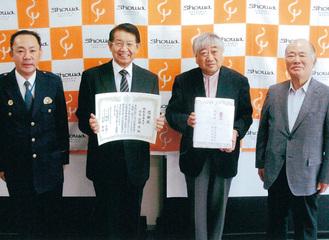 感謝状を持つ簗瀬学長(左から2人目)=同署提供