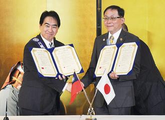 姉妹クラブの締結をした中村会長(左)と莊社長