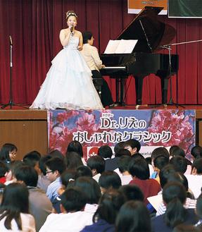 児童と一緒に歌う平井李枝さん
