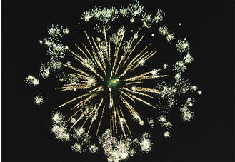 上麻生東町内会の祭りでは打上げ花火も予定(昨年の様子)