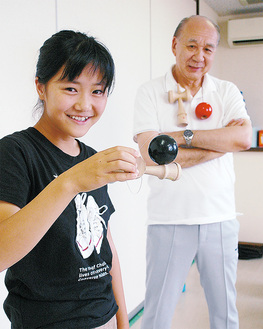 難しい技を簡単に決める小柳さんと生徒を見守る橋本さん(右奥)