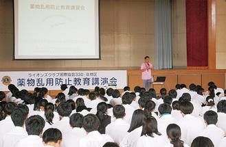 320人の生徒が危険性に耳を傾けた