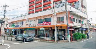 柿生駅南口の藤屋ビル(写真手前)