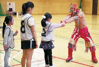 プリンス・カワサキ選手(右)相手に逃げる練習