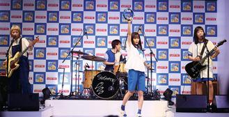 ▲新CM発表会で、広瀬さんを加えた4人で生演奏