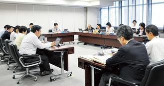示された条例案について審議する市議