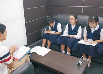 記者に質問する西生田中の3人