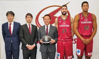 (右から)新加入のヒース選手とカルファニ選手、元沢社長、佐藤HC、北卓也GM