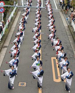 パレードには52団体、約580人が参加(過去の様子)