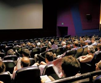 劇場いっぱいに来場