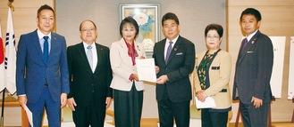 福田市長(右から2人目)と麻生区選出の市議団
