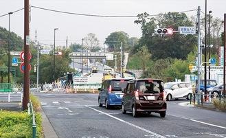 若葉台交差点の南側では開通を前に整備が進む(11日)