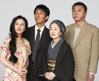 日色さん(右から2人目)ら出演者
