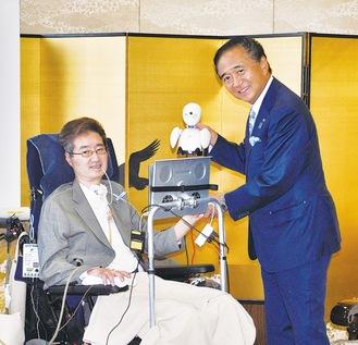 知事と握手する高野さん