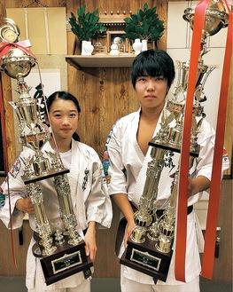 トロフィーを手にする須藤選手(右)と松尾選手(左)