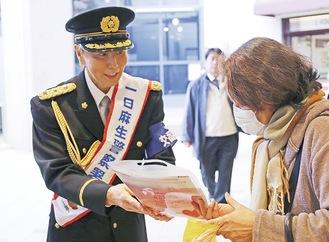 チラシを配布する神崎さん(左)