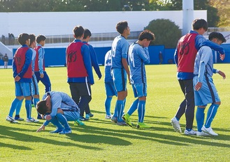 試合終了後、肩を落とす桐光の選手