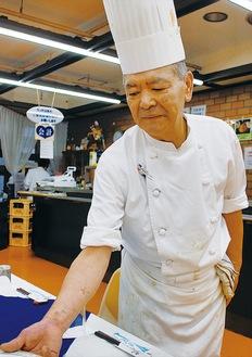 メニューを考案する田中総料理長