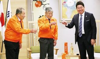 乾杯する福田市長(右)と保存会メンバー