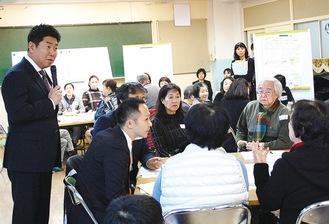 参加者の話を聞く福田市長(左)