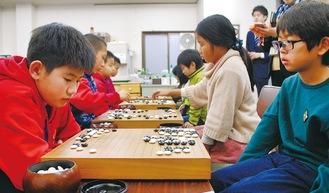 真剣な表情で碁盤に向き合う参加者