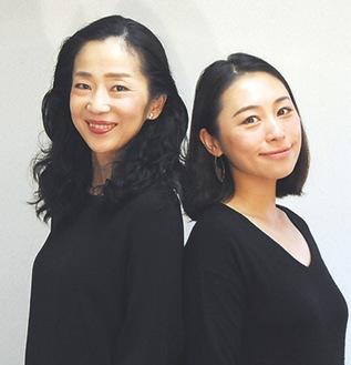 姉妹を演じる中地さん(左)と飯野さん(右)