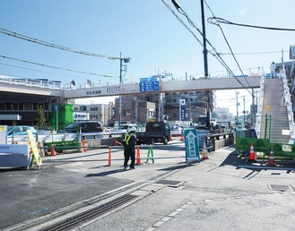 工事が進む柿生歩道橋=2/8撮影