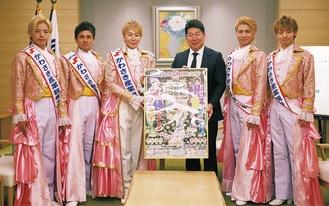 福田市長(右から3人目)を訪問した神崎さん(同4人目)と男性レビューユニットの10carats