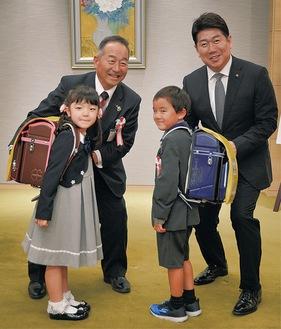 新入学児童2人と森副組合長、福田市長(右)