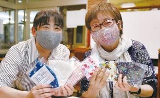 手づくりマスクを持つ小泉さん(右)と倉石さん