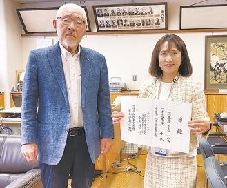 柿生小の杉本校長(左)と親松会長