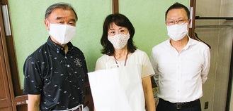 右から、小田急さつき台自治会長の石井市郎会長、中川校長、土屋さん