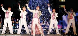 イベントに出演する神崎さん(中央)と10carats