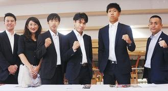 黒田選手(中央)、松尾社長と山上社長(左2人)=19日、市産業振興会館