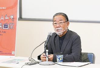 記者発表で話す安岡実行委員長