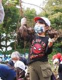 大きなサツマイモを手にする児童