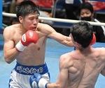 デビュー戦でパンチを打つ白崎選手(C)山口裕朗