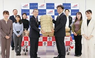 米俵を手渡す梶福組合長(中央左)と俵理事(同右)、学生スタッフ